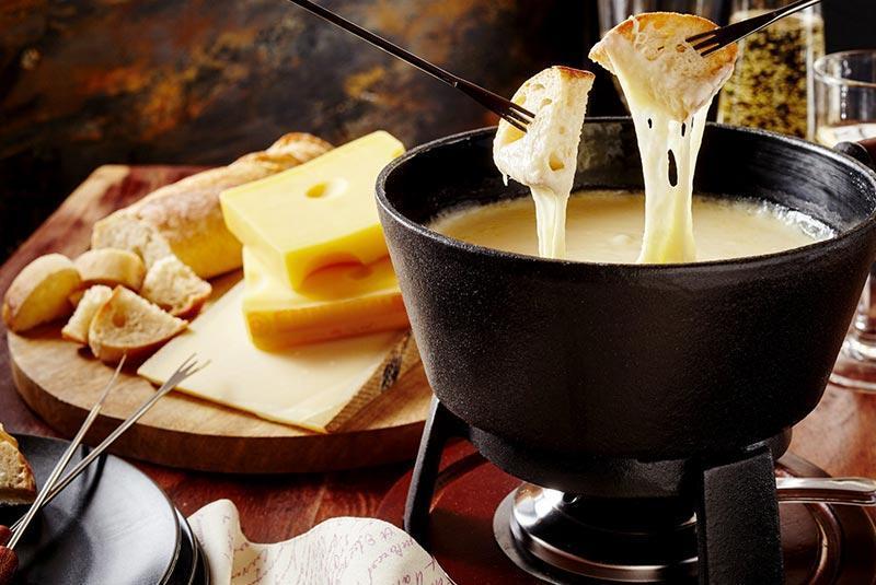 فوندوی پنیر، محبوب ترین غذای ملی سوئیس