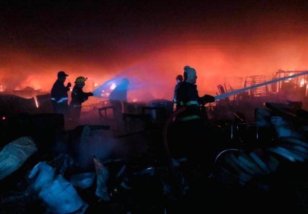وقوع آتش سوزی عظیم در مرکز بغداد، اعزام 30 تیم اطفای حریق برای مهار آتش